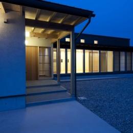 外観夕景 (南砺市の家|砺波平野に建つ夫婦二人のための平屋住宅)