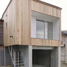大桑のゲストハウス|混構造の小さなゲストハウス (コンクリートのガレージの上に木造のゲストハウス)
