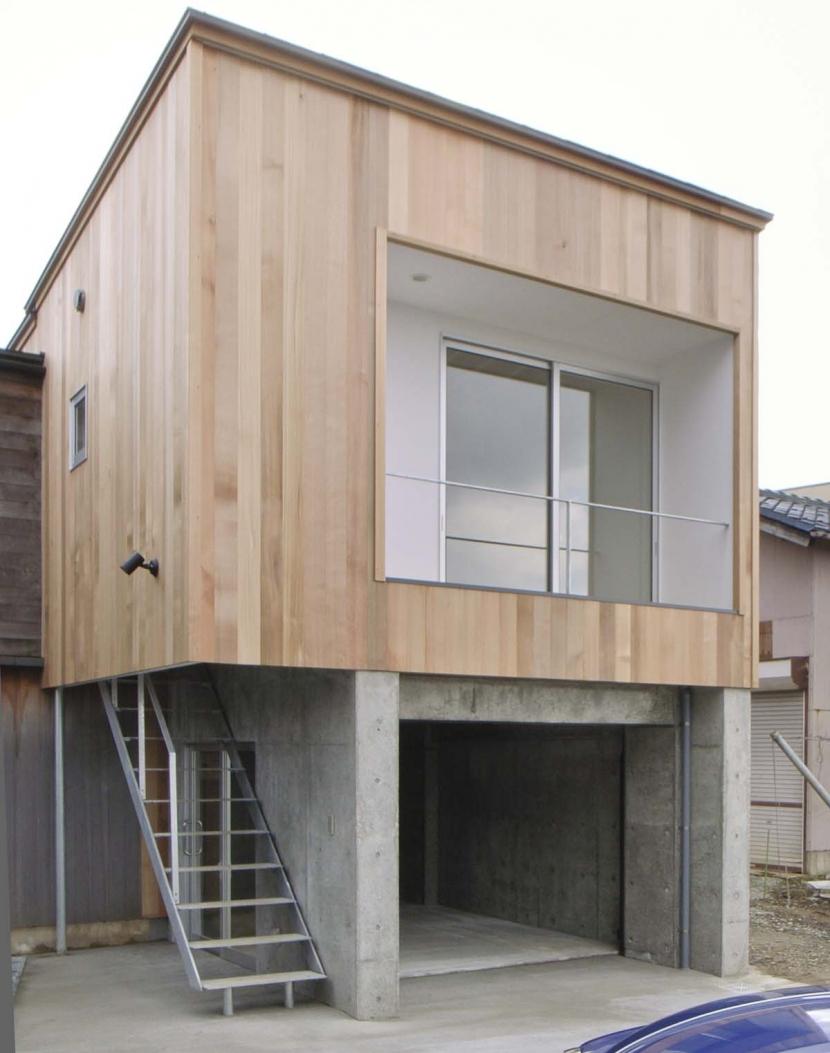 コンクリートのガレージの上に木造のゲストハウス (大桑のゲストハウス|混構造の小さなゲストハウス)