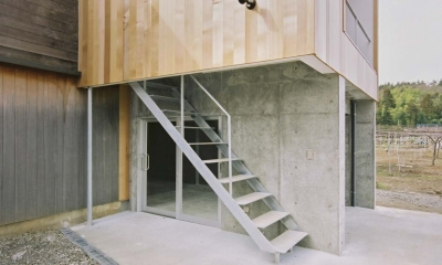 大桑のゲストハウス|混構造の小さなゲストハウス (鉄骨の外段を上がって玄関へ)