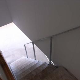大桑のゲストハウス|混構造の小さなゲストハウス (階段)