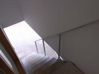 階段 (大桑のゲストハウス|混構造の小さなゲストハウス)