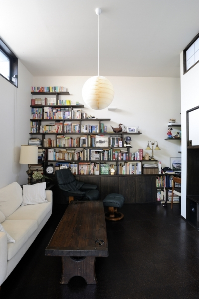 リビングの本棚 (ふたつの家族と中庭の家)