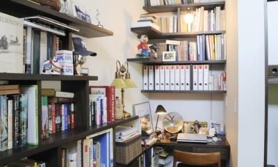 ふたつの家族と中庭の家 (リビングの書斎コーナー)