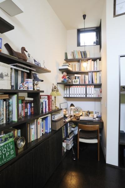 リビングの書斎コーナー (ふたつの家族と中庭の家)