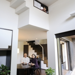 リビングから見たダイニング (ふたつの家族と中庭の家 〜つかず離れず適度な距離感の二世帯住宅。だけじゃない!〜)