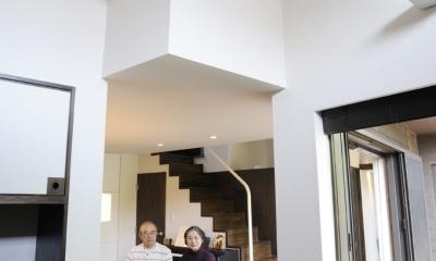 ふたつの家族と中庭の家 〜つかず離れず適度な距離感の二世帯住宅。だけじゃない!〜 (リビングから見たダイニング)