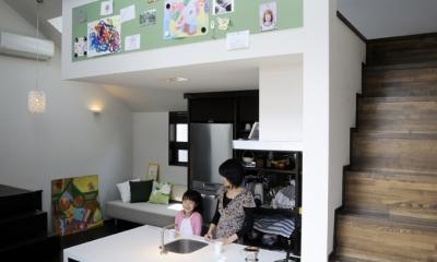 ふたつの家族と中庭の家 (子世帯のリビングダイニング)