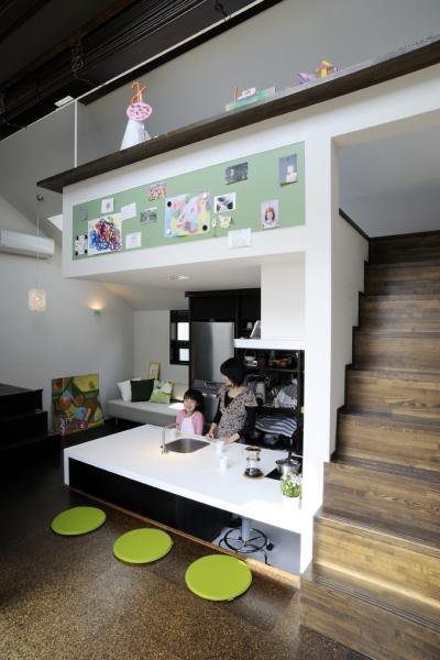 子世帯のリビングダイニング (ふたつの家族と中庭の家 〜つかず離れず適度な距離感の二世帯住宅。だけじゃない!〜)