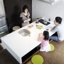 ふたつの家族と中庭の家 〜つかず離れず適度な距離感の二世帯住宅。だけじゃない!〜の写真 子世帯のダイニングキッチン