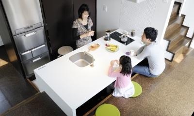 ふたつの家族と中庭の家 〜つかず離れず適度な距離感の二世帯住宅。だけじゃない!〜 (子世帯のダイニングキッチン)