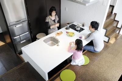 子世帯のダイニングキッチン (ふたつの家族と中庭の家 〜つかず離れず適度な距離感の二世帯住宅。だけじゃない!〜)