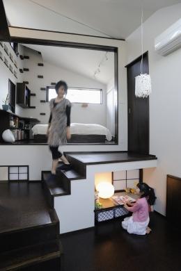 ふたつの家族と中庭の家 (子世帯のリビングから見た寝室)