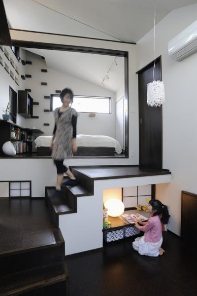 ふたつの家族と中庭の家 〜つかず離れず適度な距離感の二世帯住宅。だけじゃない!〜 (子世帯のリビングから見た寝室)