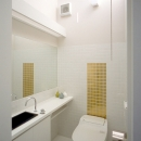 ふたつの家族と中庭の家 〜つかず離れず適度な距離感の二世帯住宅。だけじゃない!〜の写真 子世帯のトイレ
