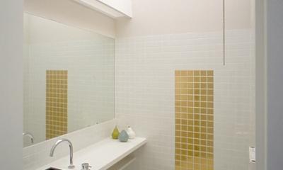 子世帯のトイレ|ふたつの家族と中庭の家