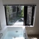 ふたつの家族と中庭の家 〜つかず離れず適度な距離感の二世帯住宅。だけじゃない!〜の写真 風呂庭に面した共用の浴室