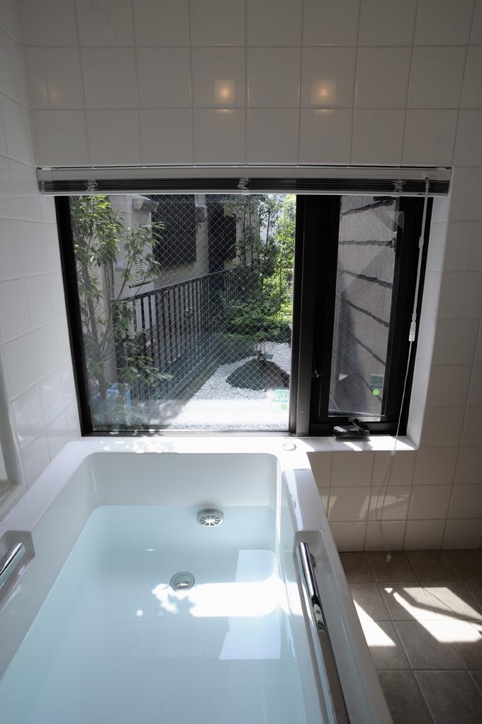 ふたつの家族と中庭の家 (風呂庭に面した共用の浴室)