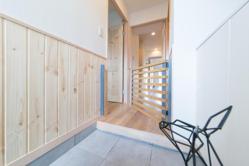 自然素材に囲まれたワンちゃんとの暮らし『Organic Styleリノベーション』の部屋 玄関