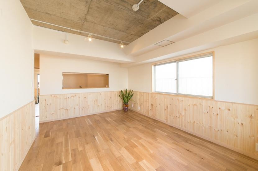 自然素材に囲まれたワンちゃんとの暮らし『Organic Styleリノベーション』の部屋 居室
