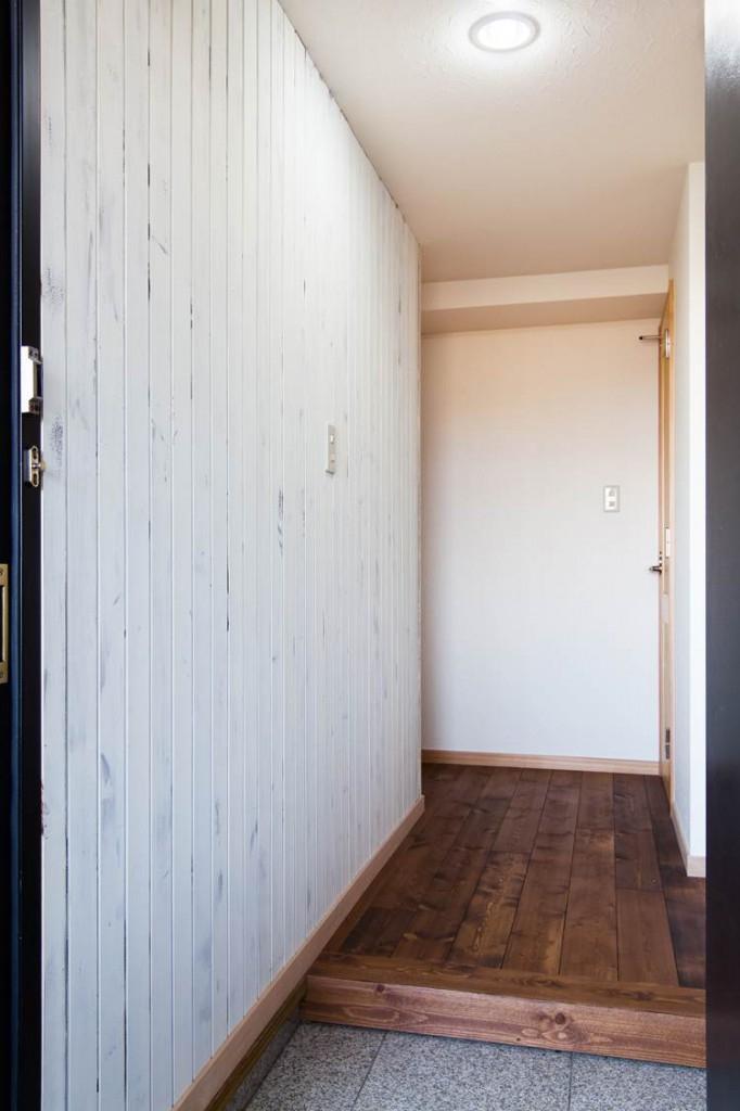 無垢材特有のコントラストを活かした『Wooden Style リノベーション』の部屋 玄関