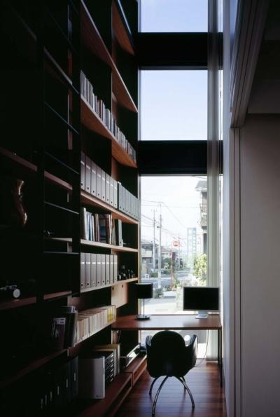 垂直にのびる書斎 (スキマのある家)
