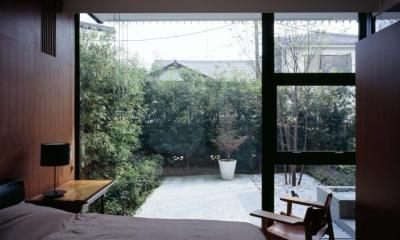 スキマのある家 (緑豊かな開放的なベッドルーム)