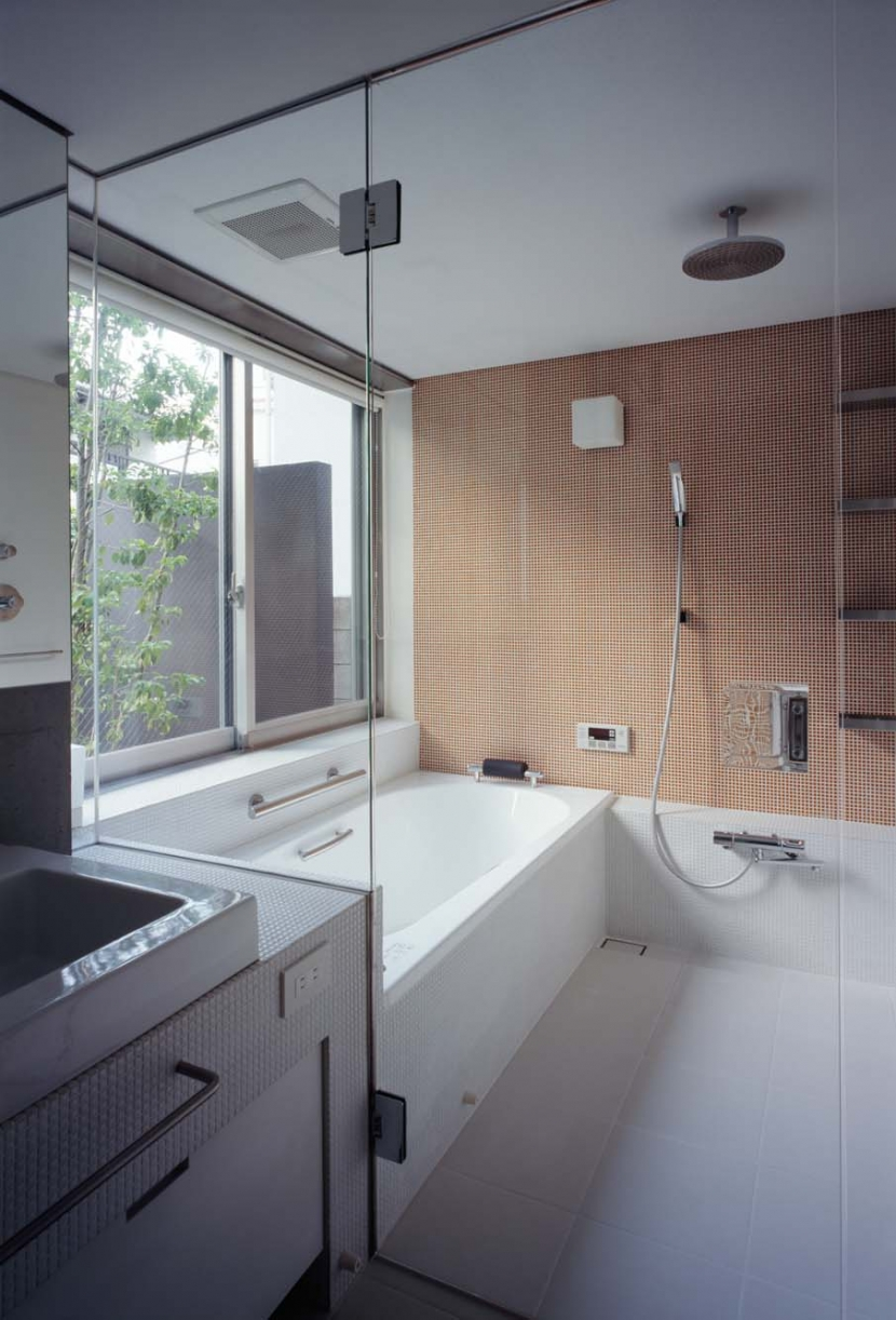スキマのある家の写真 坪庭のある浴室