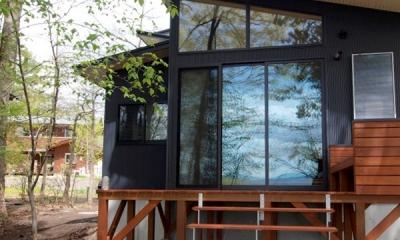 軽井沢の別荘 (大きな窓とウッドデッキにつながる外観)
