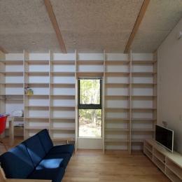 軽井沢の別荘 (壁一面の本棚のあるリビングルーム)