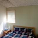 軽井沢の別荘の写真 ベッドヘッドを淡いグリーンに仕上げたベッドルーム