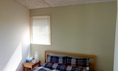 軽井沢の別荘 (ベッドヘッドを淡いグリーンに仕上げたベッドルーム)