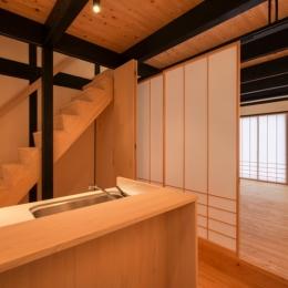 谷町の長屋【改修】 (キッチン・階段)