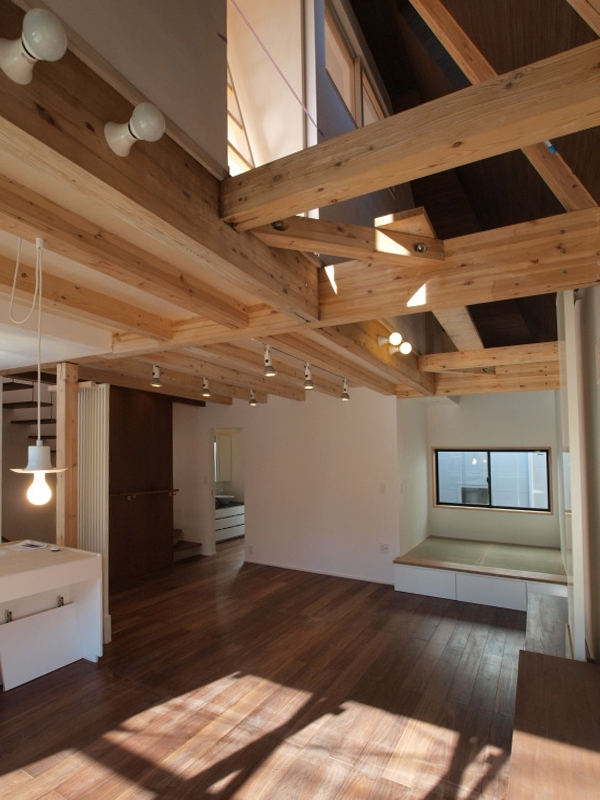 エアコンのない家の写真 リビングルームと小さなタタミのスペース