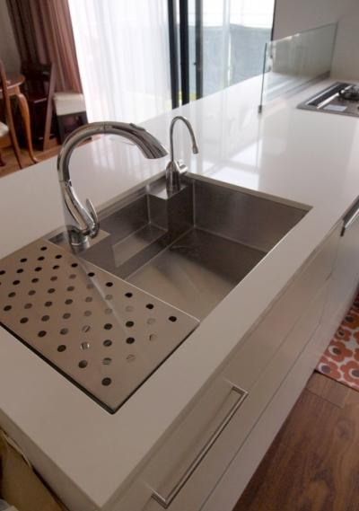 キッチンのシンクとワークトップ (エアコンのない家)