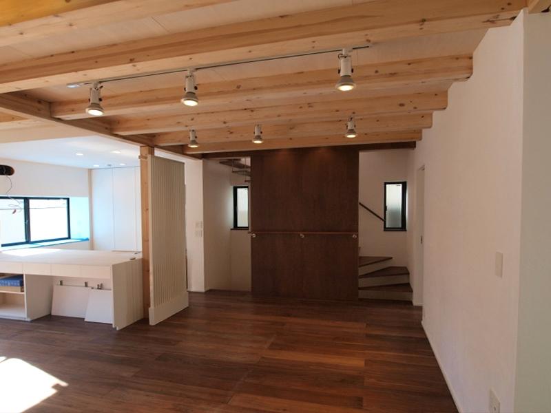 エアコンのない家の写真 リビングルームと階段室