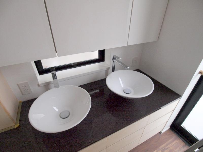 エアコンのない家の写真 ダブルシンクの洗面台