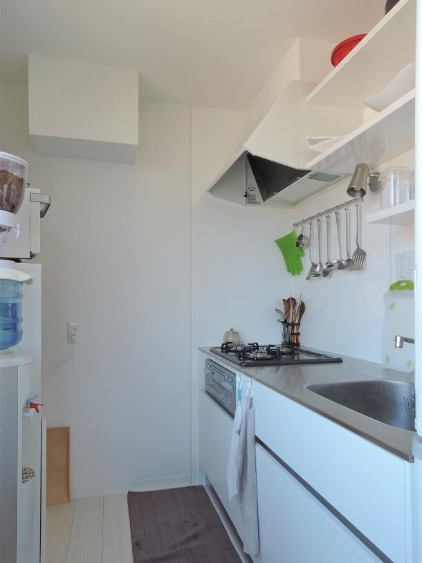 ペットのために「白」のリノベーション (キッチン)