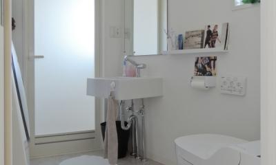 ペットのために「白」のリノベーション (洗面・脱衣所)