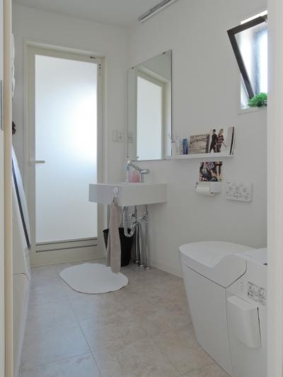 洗面・脱衣所 (ペットのために「白」のリノベーション)