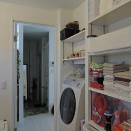 ペットのために「白」のリノベーション (洗面脱衣室)