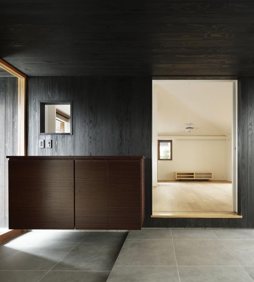 霧島町の家/宮崎市の住宅の部屋 玄関アプローチ(リビングをみる)