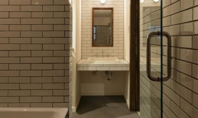 小さな古い洋館に暮らす (洗面室・浴室)