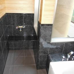坪庭を持つひのき造りの風呂の家 (ひのき張りの浴室)