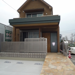 坪庭を持つひのき造りの風呂の家 (玄関アプローチからの外観)