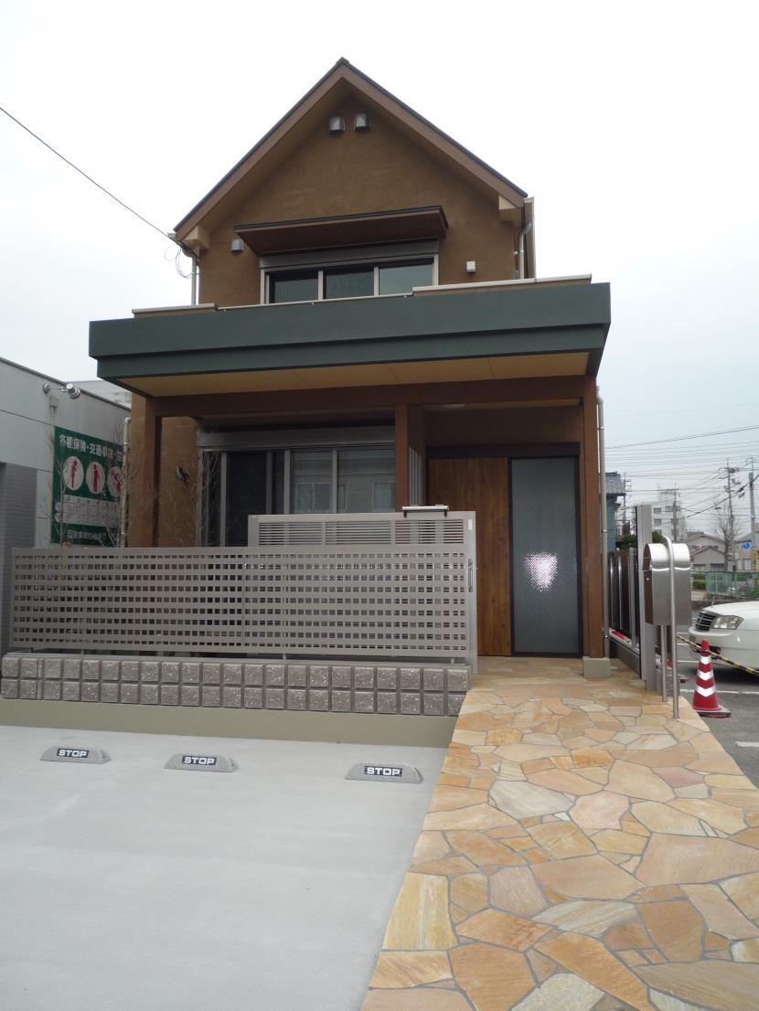 坪庭を持つひのき造りの風呂の家の部屋 玄関アプローチからの外観