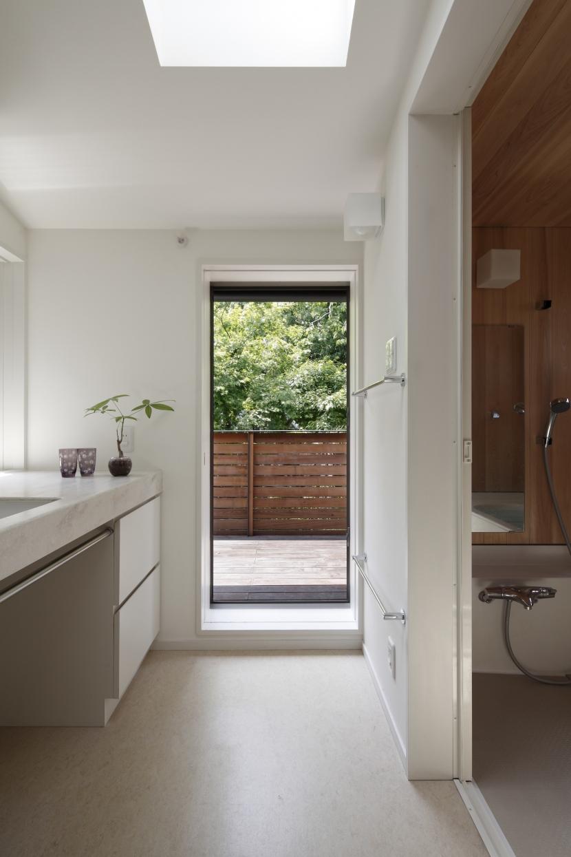 緑陰を愉しむ家の部屋 ルーフテラスにつながるサニタリースペース