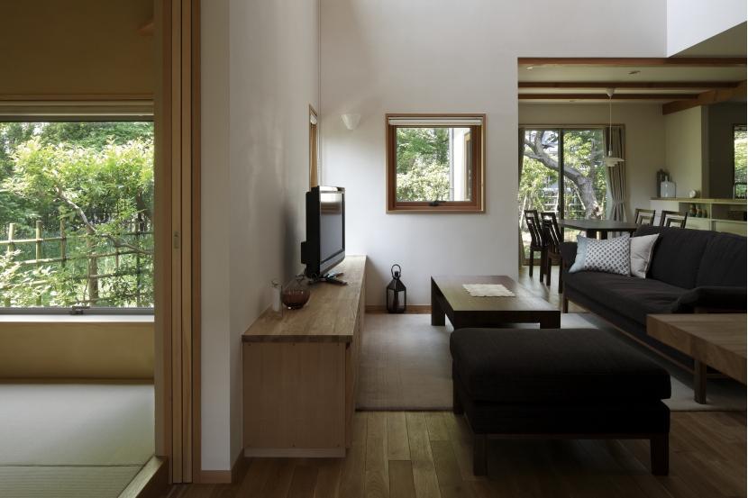 緑陰を愉しむ家の部屋 リビング