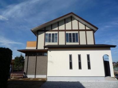 太陽の光で満ち溢れた吹き抜け空間のあるエコキュートの家 (玄関アプローチから見た外観)