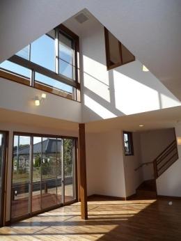 太陽の光で満ち溢れた吹き抜け空間のあるエコキュートの家 (リビング・ダイニング・キッチン)